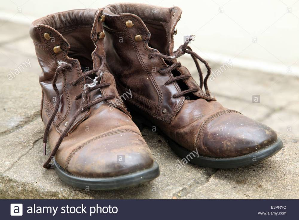 an-old-pair-of-brown-leather-boots-with-tatty-laces-E3PRYC