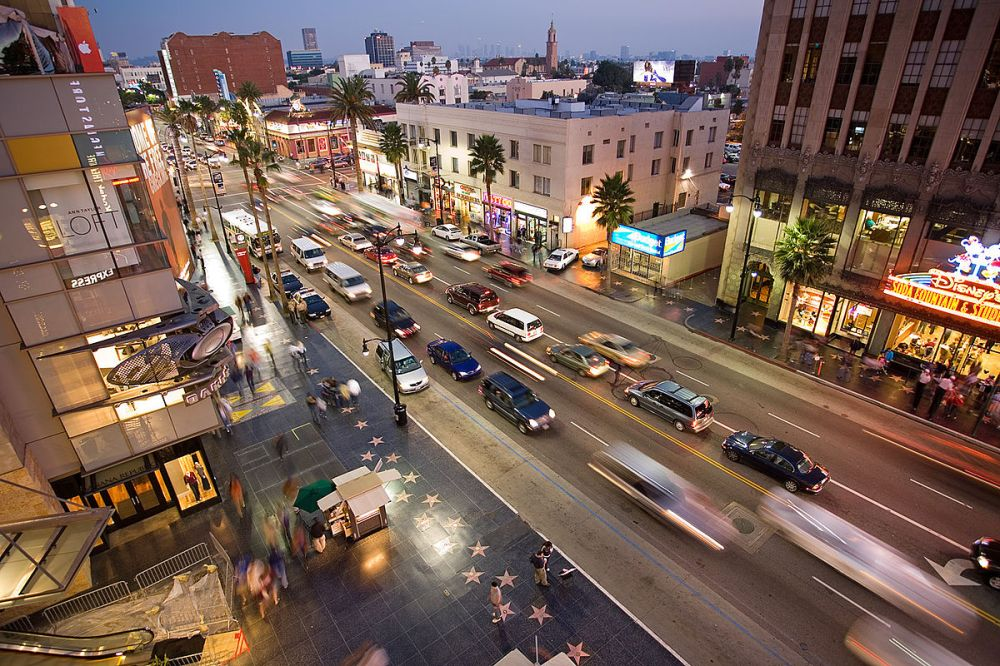 1200px-Hollywood_boulevard_from_kodak_theatre