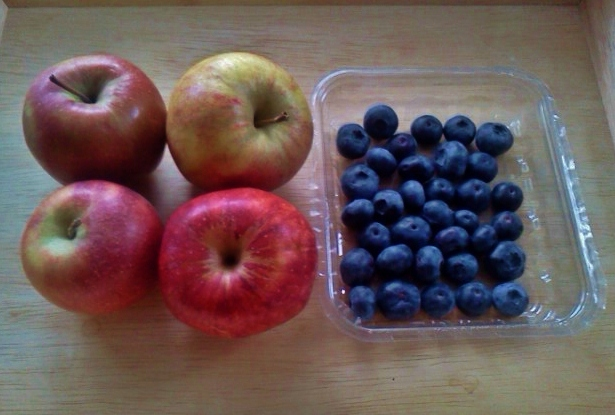 Apples-and-blueberries-for-crumble1